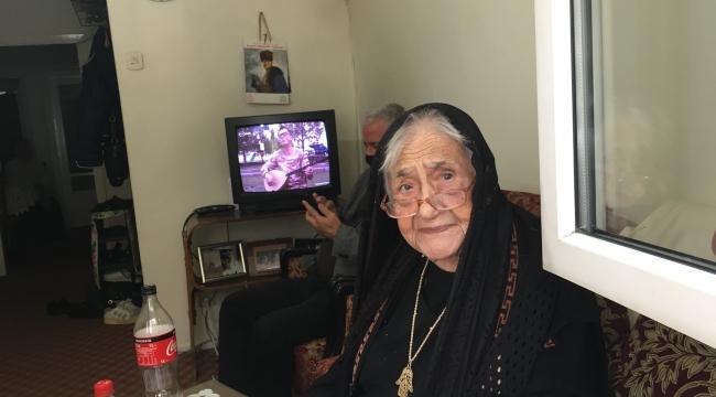 104 Yaşında Sokağa camdan baktı.