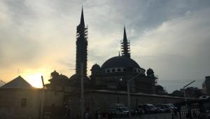Taksim Meydanında iki dev yapıt.