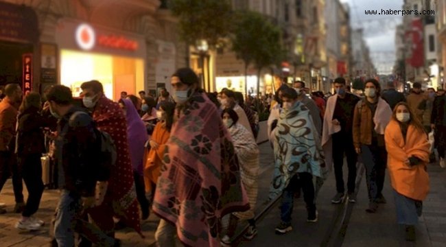 İstiklal Caddesi'nde battaniyeli yürüyüş...